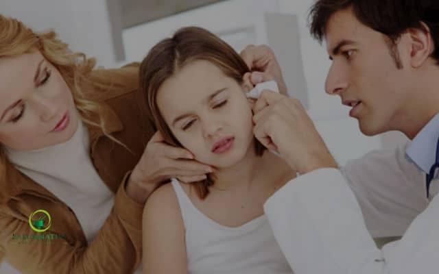 como sacar el agua del oido de un niño
