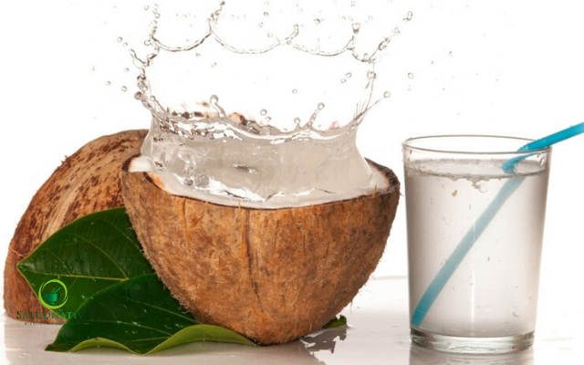 agua de coco para combatir las manchas oscuras