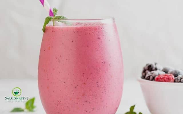 licuado de ciruelas y yogurt griego para controlar la diabetes